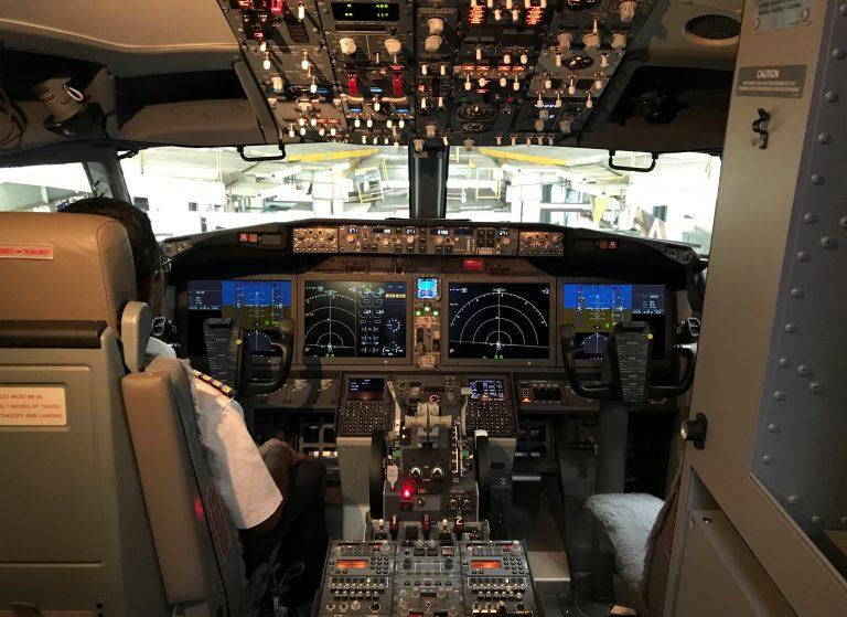 Qué es el sistema MCAS, al que apuntan por las desgracias de los aeroplanos Boeing setecientos treinta y siete MAX