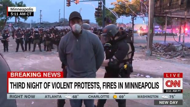 Arrestan a reportero mientras transmitía manifestaciones